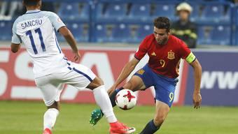 Spaniens Abel Ruiz (rechts) im Duell gegen Englands Jadon Sancho