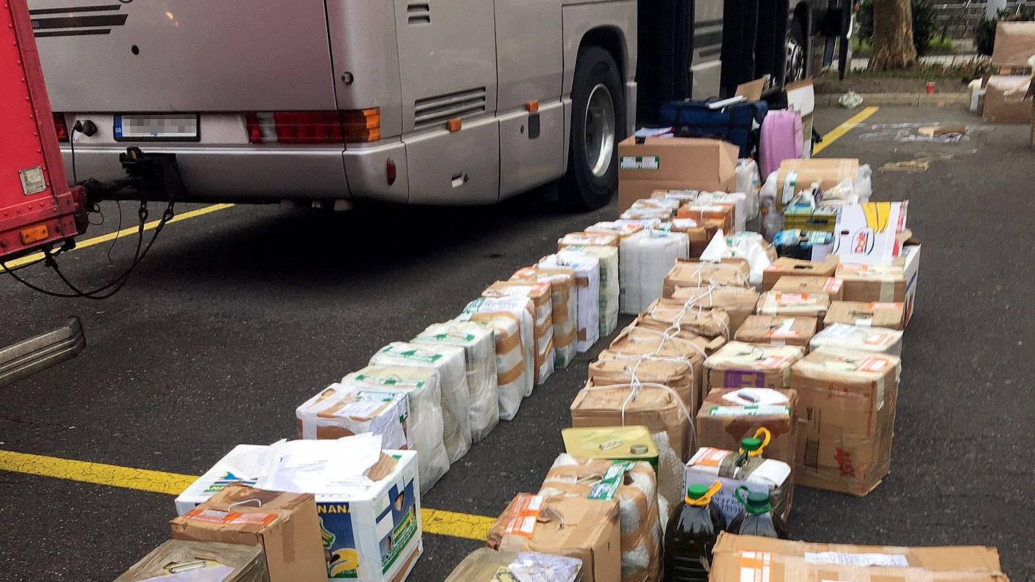 In einem in Zürich parkierten Car fand die Polizei zwei Tonnen Schmuggelware.