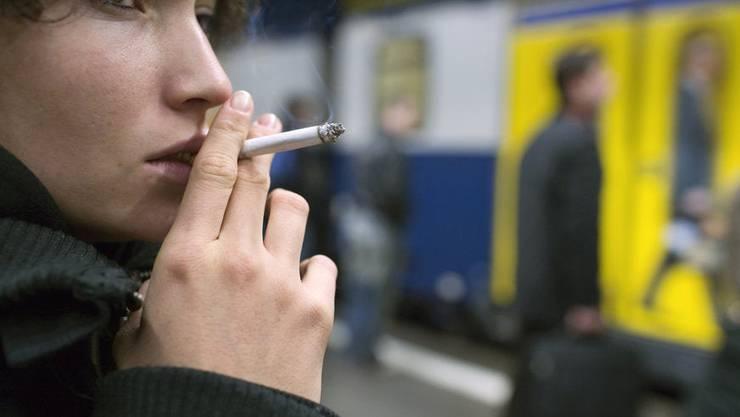 Firmen wollen ihren Angestellten das Rauchen verbieten.