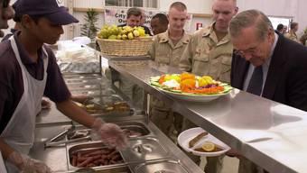 Donald Rumsfeld in der Truppenkantine bei einem Besuch im Irak in 2003 (Symbolbild/Archiv)