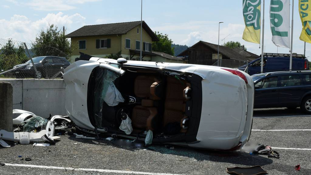 Autofahrer nach Selbstunfall leicht verletzt