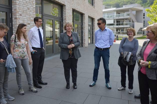 Birgit Ackermann (Mitte), Vorständin Sankt Josefhaus, stellte die Einrichtung vor