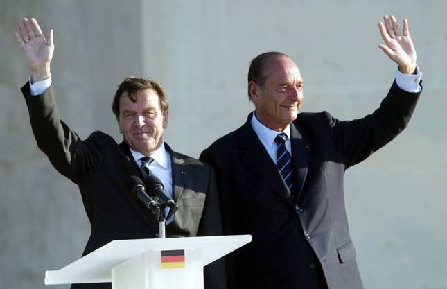 Jacques Chirac und Alt-Kanzler Gerhard Schröder bei einer Gedenkfeier zum D-Day.