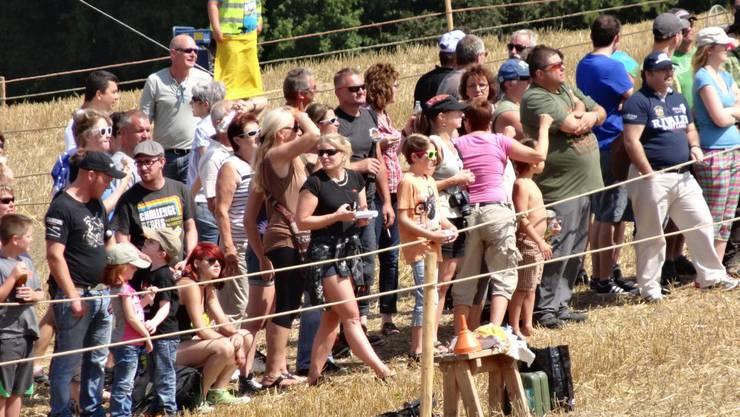 Zuschauer verfolgen gespannt das Rennen