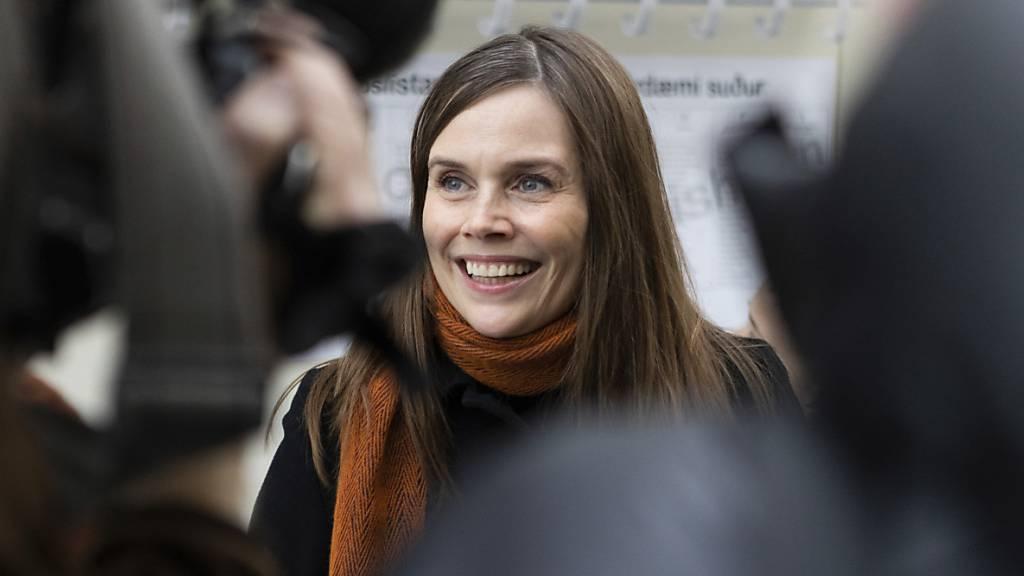 Katrín Jakobsdóttir, Ministerpräsidentin von Island, spricht nach ihrer Stimmabgabe bei den Parlamentswahlen mit Journalisten.