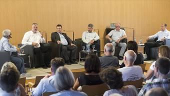 GLP-Ortsparteipräsident und Einwohnerrat Orun Palit (ganz links) interviewt die Gemeinderatskandidaten: (v. l.) Lutz Fischer-Lamprecht (EVP), Michael Merkli (FWW), Sandro Sozzi (CVP), Markus Haas (FDP) und Daniel Notter (SVP).