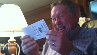 Ein glückseeliger Vater findet das Ticket im Hut