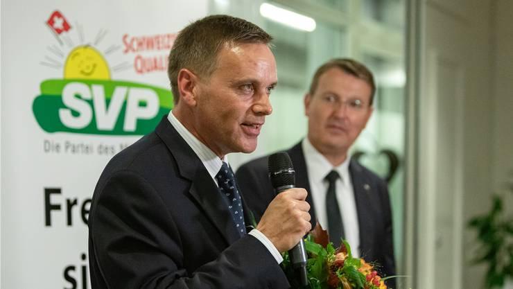 Blumen für den Kandidaten: SVP-Fraktionschef Jean-Pierre Gallati nach der Nomination, beobachtet von Präsident Thomas Burgherr.