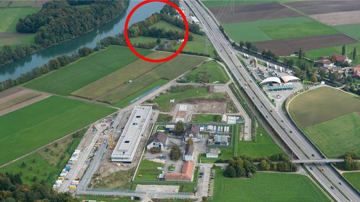 Schachen Deitingen: Der rote Kreis zeigt, wo das Ausreisezentrum entstehen soll. Im Bildvordergrund die Justizvollzugsanstalt (hier noch im Bau).