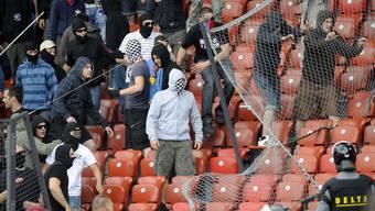 Basler Fans beobachtet von Sicherheits-Mitarbeitern im Letzigrund.