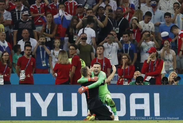 Der befreiende Jubel der Kroaten: Siegtorschütze Rakitic und Goalie Subasic.