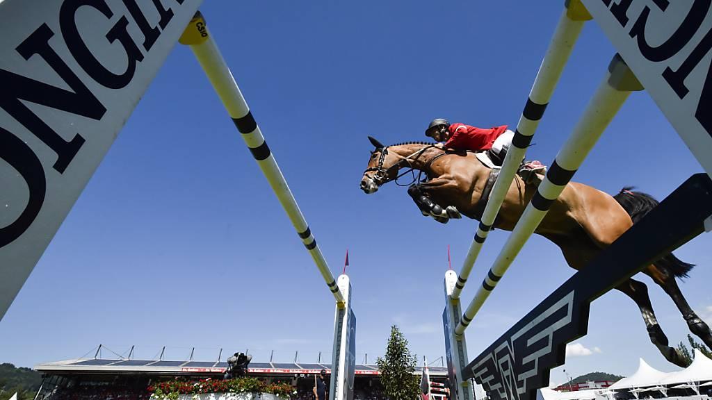 Steve Guerdat springt mit Bianca über den Oxer. 2021 tritt das Schweizer Team beim CSIO St. Gallen gegen neun statt sieben Nationen an.