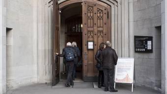 Seit der Einführung des fünffränkigen Eintritts für Touristen in die Fraumünsterkirche hat sich die Besucherzahl mehr als halbiert.