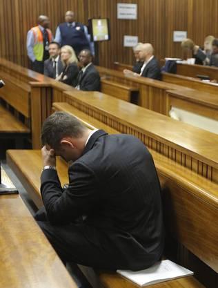 Die Ausführungen über die Details der Tat nehmen Oscar Pistorius sichtlich mit.