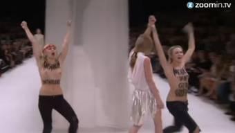 Die beiden Femen-Aktivistinnen stahlen den Modells in Paris die Show.