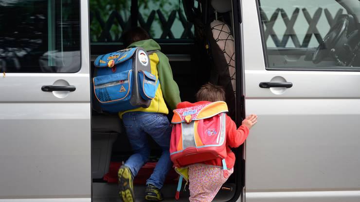 Zwei Drittel der befragten Eltern gaben Sicherheitsgründe an, weshalb sie ihre Kinder mit dem Auto zur Schule fahren. (Symbolbild)