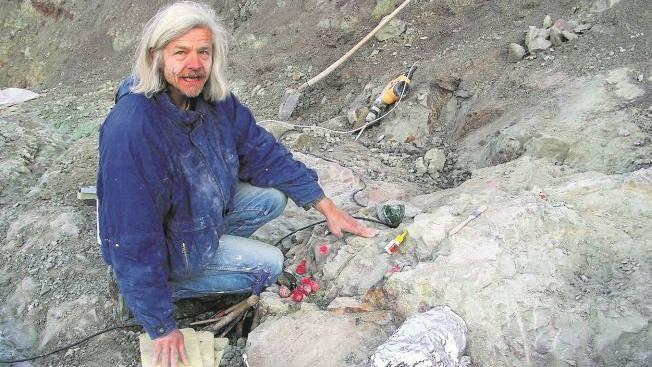 Freilegung versteinerter Saurierknochen: Ben Pabst bei Ausgrabungen in der Tongrube von Frick.