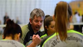 «Ginggu»-Trainer Christian Ruff redet seinen Spielerinnen ins Gewissen.