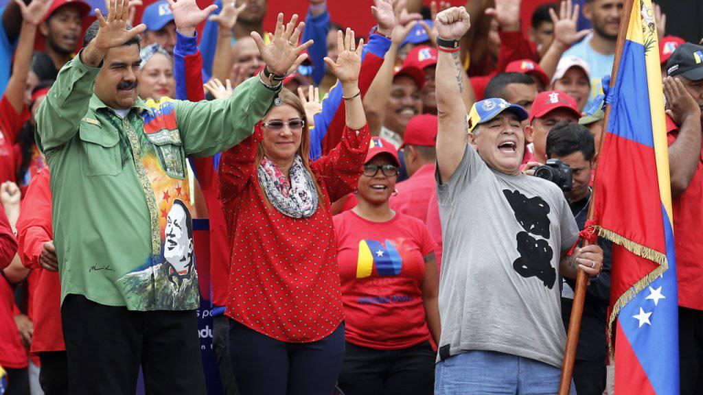 Der frühere Fussballstar Diego Maradona (Rechts) bei einer Wahlkampfveranstaltung in Caracas mit Venezuelas Präsident Nicolás Maduro.