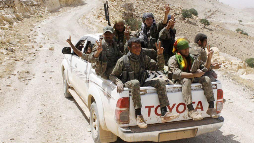 Kämpfer der kurdischen Volksverteidigungseinheiten YPG im Nordosten Syriens: Eine Allianz der YPG und weiteren Rebellengruppen haben einen Staudamm von der Dschihadistenmiliz IS zurückerobert. (Archivbild)