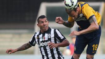 Juves Carlos Tevez kann Veronas Moras nicht am Kopfball hindern