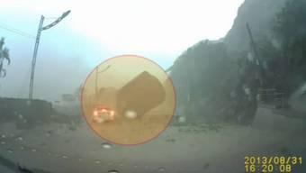 Der Felsbrocken verfehlt das Auto nur knapp.