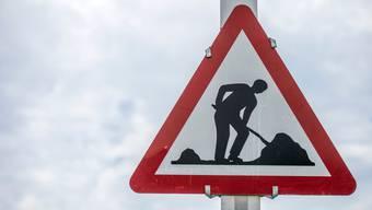 Bei einem Arbeitsunfall wurde ein Strassenarbeiter fast von einer 800-Kilo schweren Rolle zerquetscht. (Symbolbild)