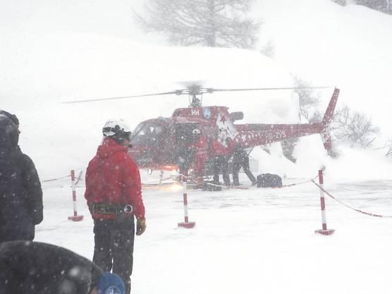 Die Sicht ist derzeit zu schlecht: Helikopterflüge in den auf Strasse und Schiene nicht mehr erreichbaren Ort Zermatt waren zunächst nicht möglich. (Archivbild)
