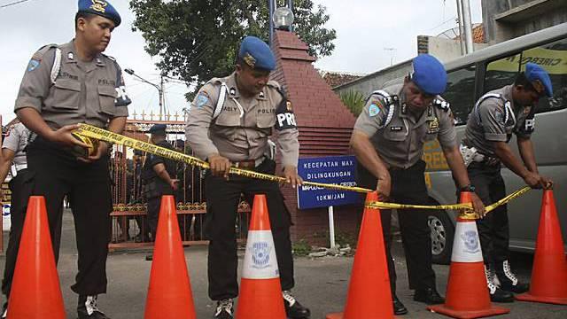 Polizisten sperren das Gebiet um die Moschee ab