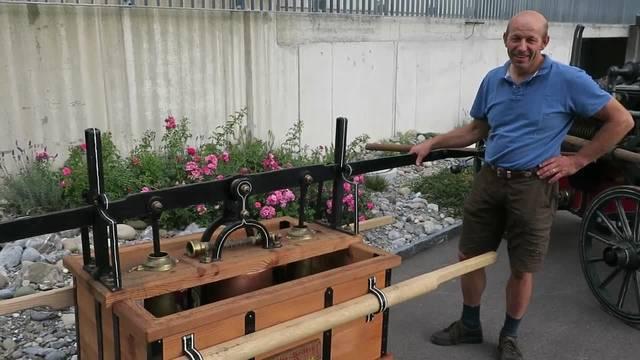 Andreas Koller von den Füürwehroldies Leerau erklärt, wie die alte Handdruckspritze funktioniert