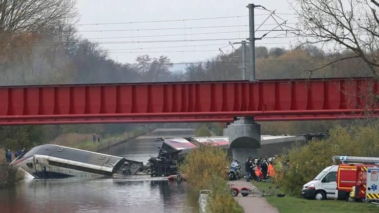 Der Test-TGV im Elsass entgleiste und fiel von einer Brücke - der Zug war zu schnell unterwegs, wurde zu spät gebremst und im Führerstand hielten sich zu viele Personen auf. (Archiv)