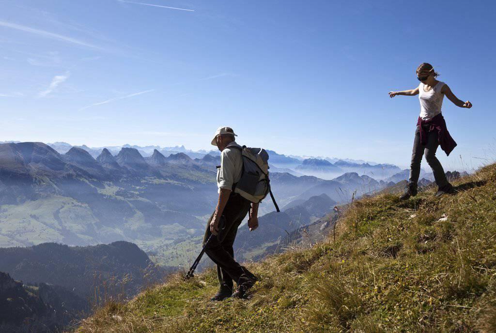 Beschwingt steigt ein Maedchen in Begleitung ueber den steilen Abstieg vom Chalbersaentis hoch über dem Toggenburg mit den Churfirsten dem Tal in Unterwasser entgegen. (Archiv)