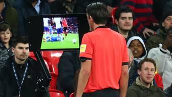 Der deutsche Schiedsrichter Deniz Aytekin betrachtet auf einem Bildschirm die Wiederholung einer Spielszene.