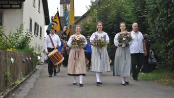 Mit einem Marsch durch das Dorf eröffneten die Zeiningerinnen und Zeininger ihr Dorffest.