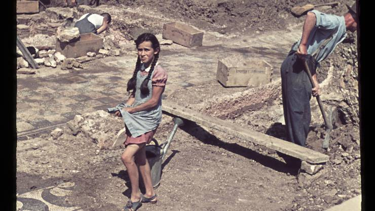 Sonja Hauer 1952 auf der Munzach-Grabung beim Sammeln von Mosaiksteinchen.