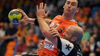 Pfadis Grimm (rechts) kann Pendic nicht am Torwurf hindern