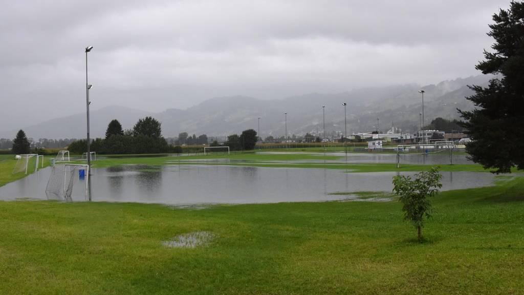 2017 war ein Fussballplatz in Rebstein überflutet. Dieses Szenario könnte sich nächste Woche wiederholen.