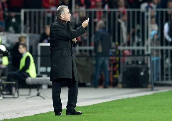 Ottmar Hitzfeld gestikuliert. Das Spiel entdet 0:0, die Schweiz qualifiziert sich als Gruppensieger für die WM in Südafrika.