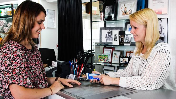 Die beiden Fotofachangestellten Elena Bossard (links) und Katja Müller unterhalten sich über die neue Smartphone-Generation.
