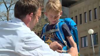 Das Gesundheitsmagazin CheckUp hat eine Mutter und ihren Sohn zum Schulthek-Kauf und zum Kinderorthopäden begleitet.