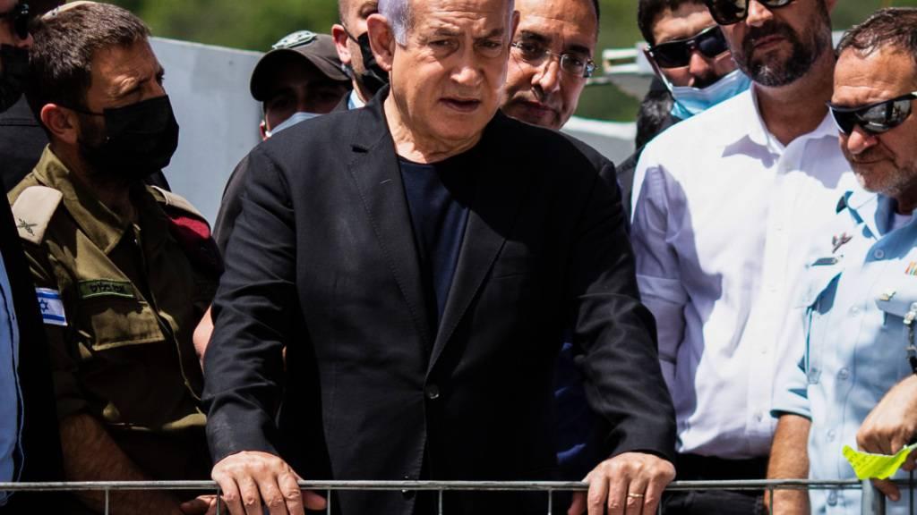 Benjamin Netanjahu (M), Ministerpräsident von Israel, besucht den Ort, wo am frühen Freitag während des jüdischen religiösen Festes Lag BaOmer im Norden Israels Dutzende von Gläubigen bei einer Massenpanik getötet wurden. Foto: Ilia Yefimovich/dpa