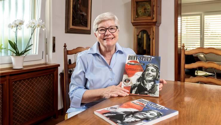 Wendy Heggendorn mit dem Buch ihres Vaters über den Flieger P 38