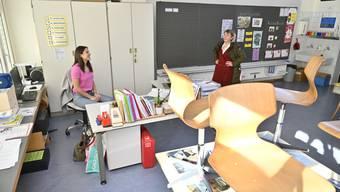 Schulleiterin Ruth Bieri besucht Mirjana Blazevic in ihrem Klassenzimmer