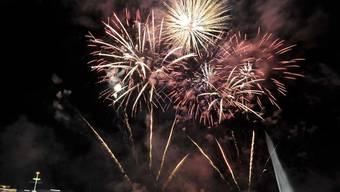 Feuerwerk mag Kinder zum Staunen bringen, selber Hand anlegen sollten sie aber nicht (Bild: 1.-August-Feuerwerk in Genf)