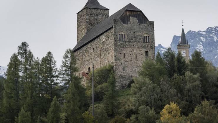"""Die Burg Riom: Eigentliches Wahrzeichen der 2006 gegründeten Stiftung """"Nova Fundaziun Origen""""."""