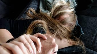 Der Schock des Überfalls verfolgt das junge Opfer bis heute ständig. Symbolbild