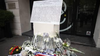 Ein Denkmal vor dem Pariser Club Bataclan erinnert an die Terroranschläge vom 13. November 2015.