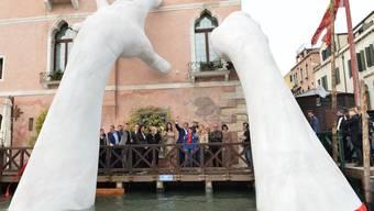 """Die monströsen Kinderhände, welche das Hotel """"Ca' Sagrada"""" stützen, müssen weg. Obwohl der Künstler Lorenzo Quinn, Sohn des Schauspielers Anthony Quinn (1915-2001), sein Werk der Stadt Venedig schenkte, drängt die Stadt auf dessen Entfernung. Eine andere Stadt zeigt sich interessiert. (Archivbild)"""