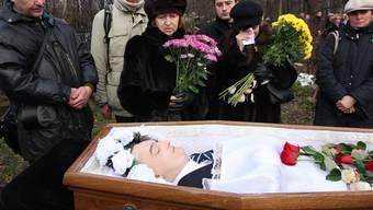 Freunde und Verwandte am Sarg von Steuerexperte Sergei Magnitski, der 2009 in einem Moskauer Gefängnis angeblich an einem Herzinfarkt starb.