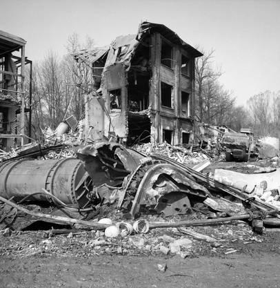 Auf dem Areal sah es aus wie nach einem Bombenangriff. Die Nitrieranlage wurde völlig zerstört, übrig blieb ein grosser Krater.